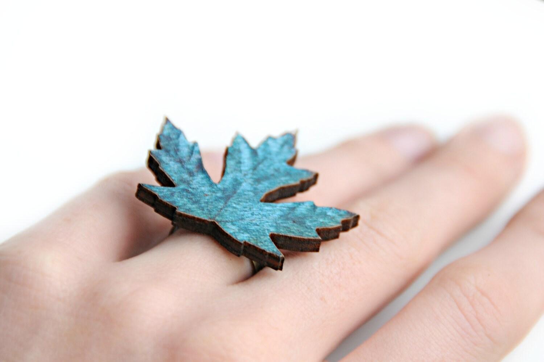 Ring  - Uit hout gesneden blauw herfstblad