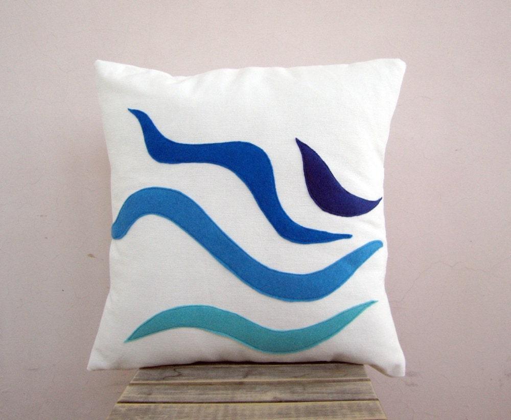 Морской подушку акцентом - волны: голубой и бирюзовый экологически почувствовал на белом