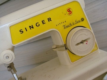 Singer ''Little Touch n Sew'' Miniature Sewing Machine