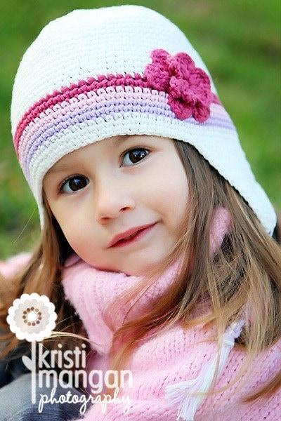 6-12 ماه خاج یکنوع عرقچین کوچک کهمحصلین برسر میگذارند -- سفید ، بنفش کمرنگ ، صورتی نقاشی با مداد رنگی ، تیره گل سرخ