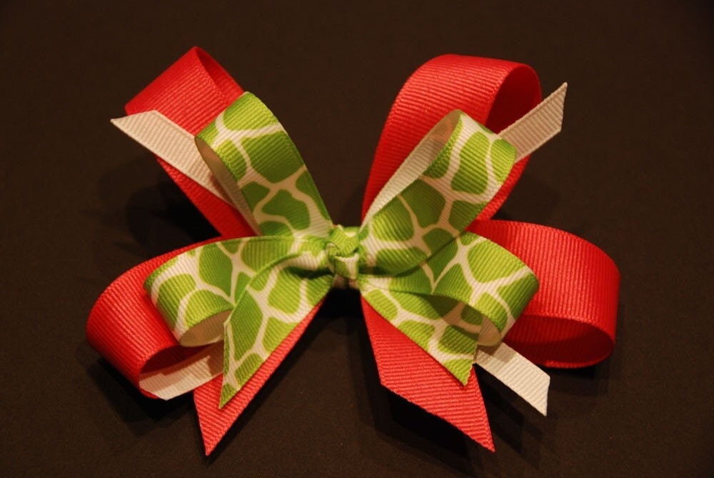 Boutique Bow - Green Giraffe/Pink
