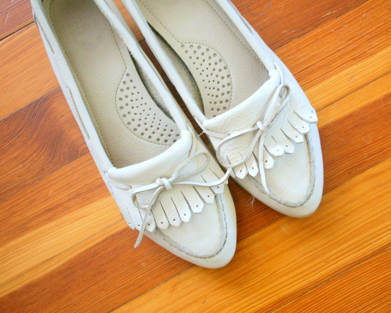Vintage BASS LEATHER Boho Flats.... size 7 womens....leather. shoes
