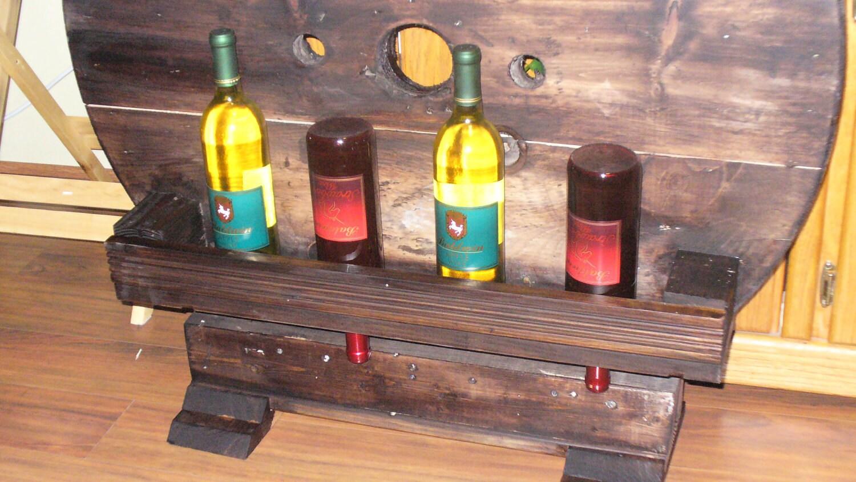 Estante del vino rústica hecha de madera reciclada