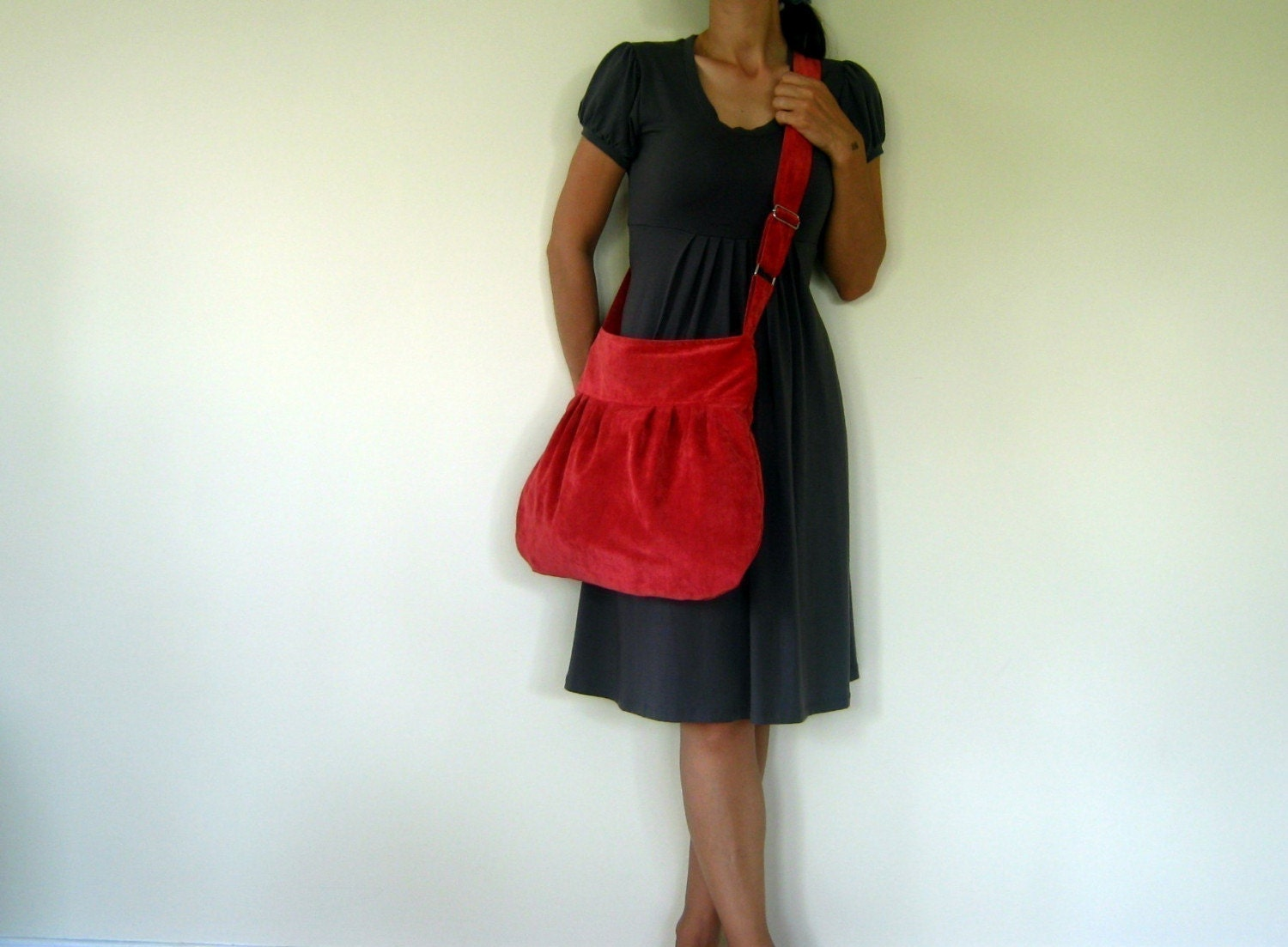 WINTER SALE Perry in vin rouge -velvet- --adjustable strap and ZIPPERED CLOSURE everyday purse--