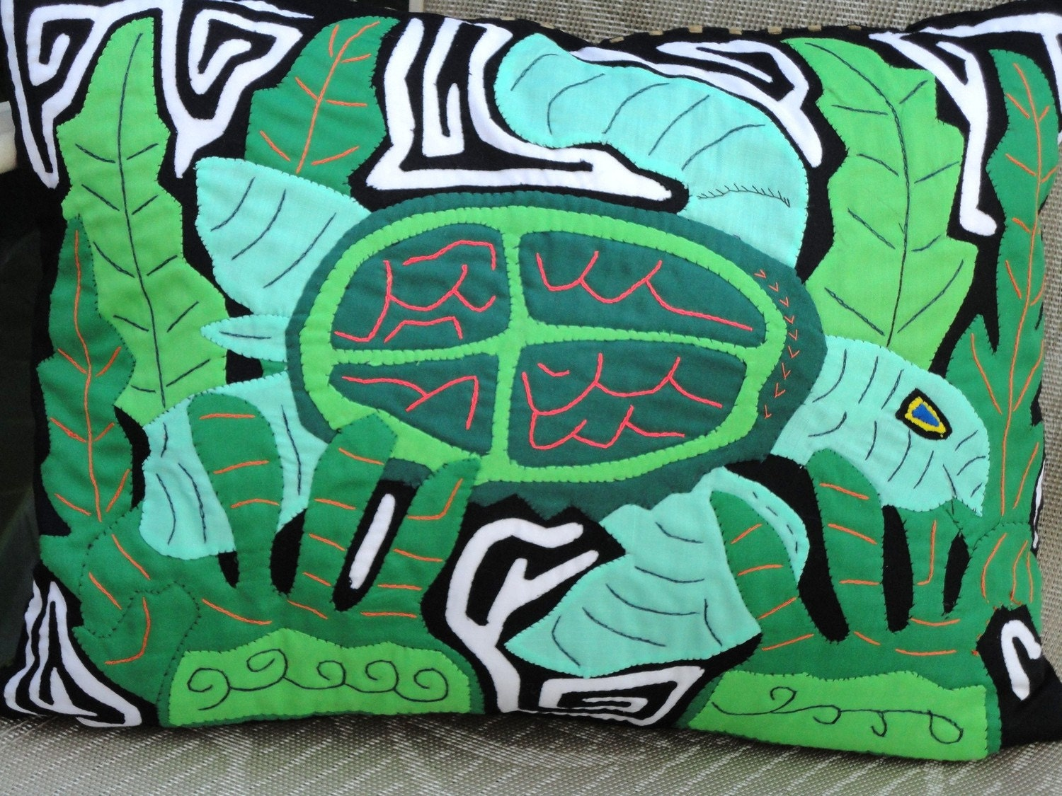 "Jungle Turtle Pillow Mola 16.5"" x 12"" (42 x 30.5 cm)"