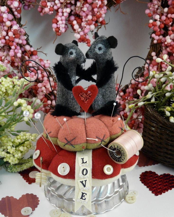 Prim wool Valentine Mice Pinkeep E pattern -  pincushion wool fabric pdf  primitive sewing notion keep banner pins