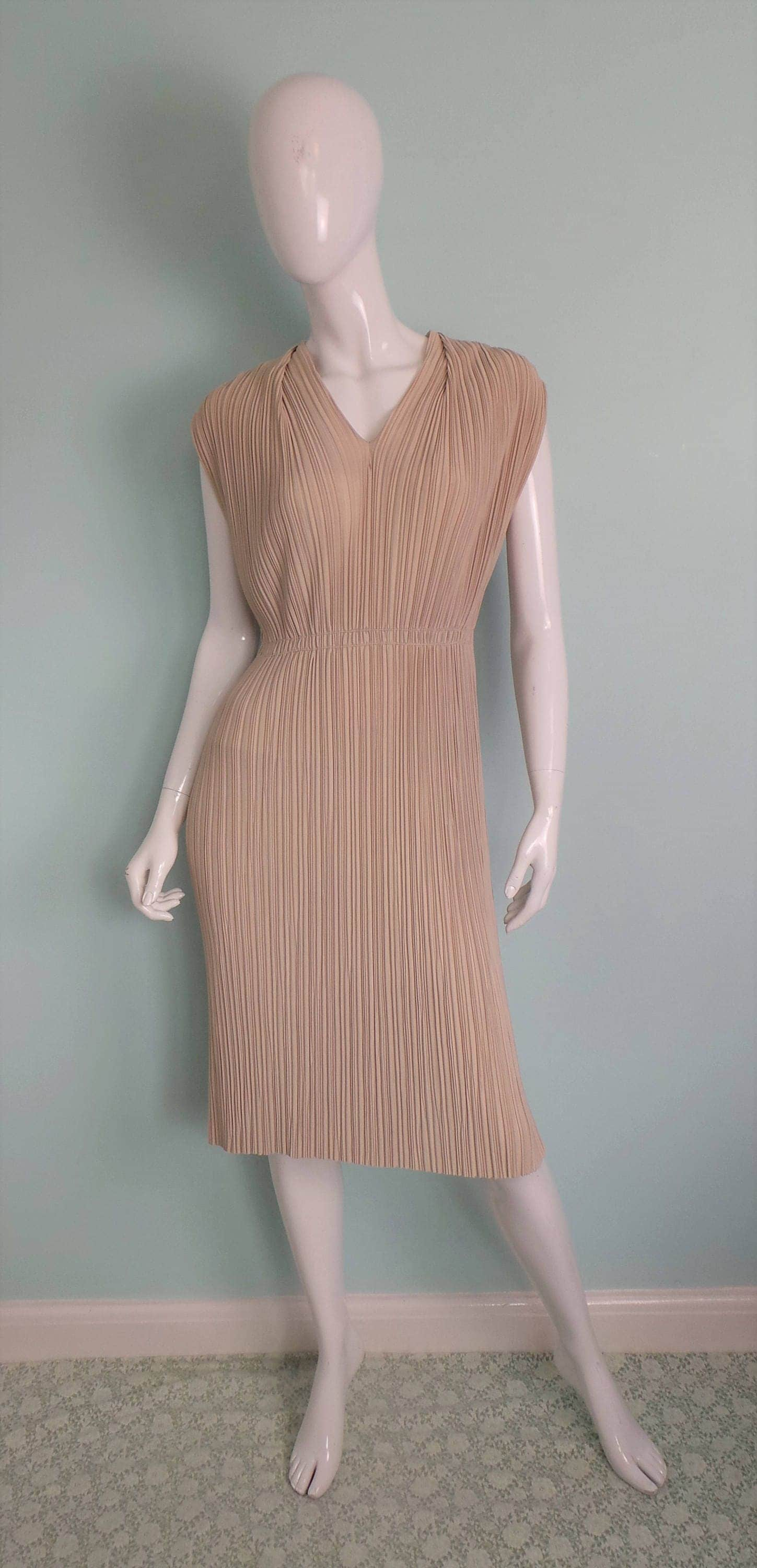 Late 40s50s Fawn Accordion Pleat Wiggle Dress Rembrandt Original Camel Occasion Dress Beige VNeck Vamp Knee Length Dress Small  Medium