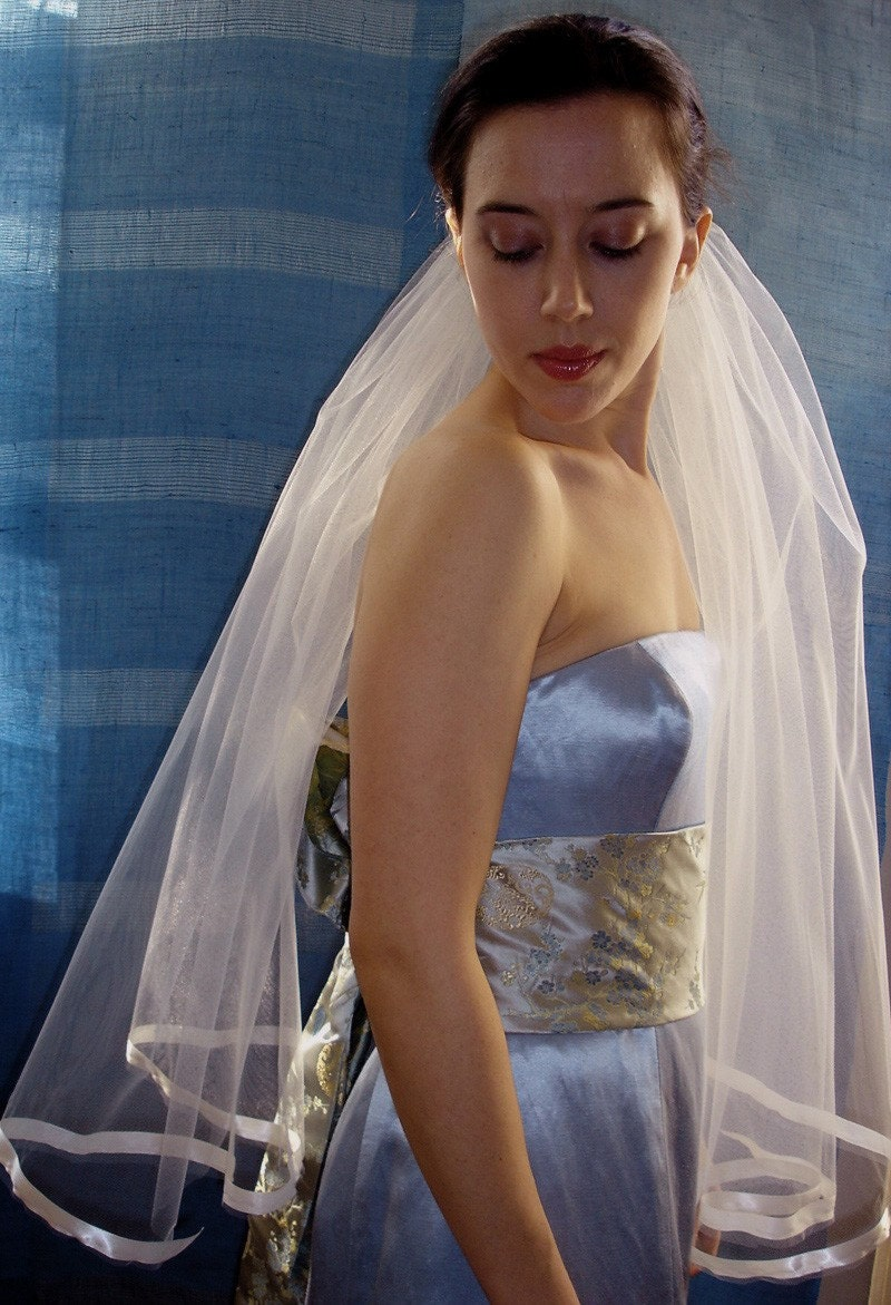 Mid-length ribbon veil