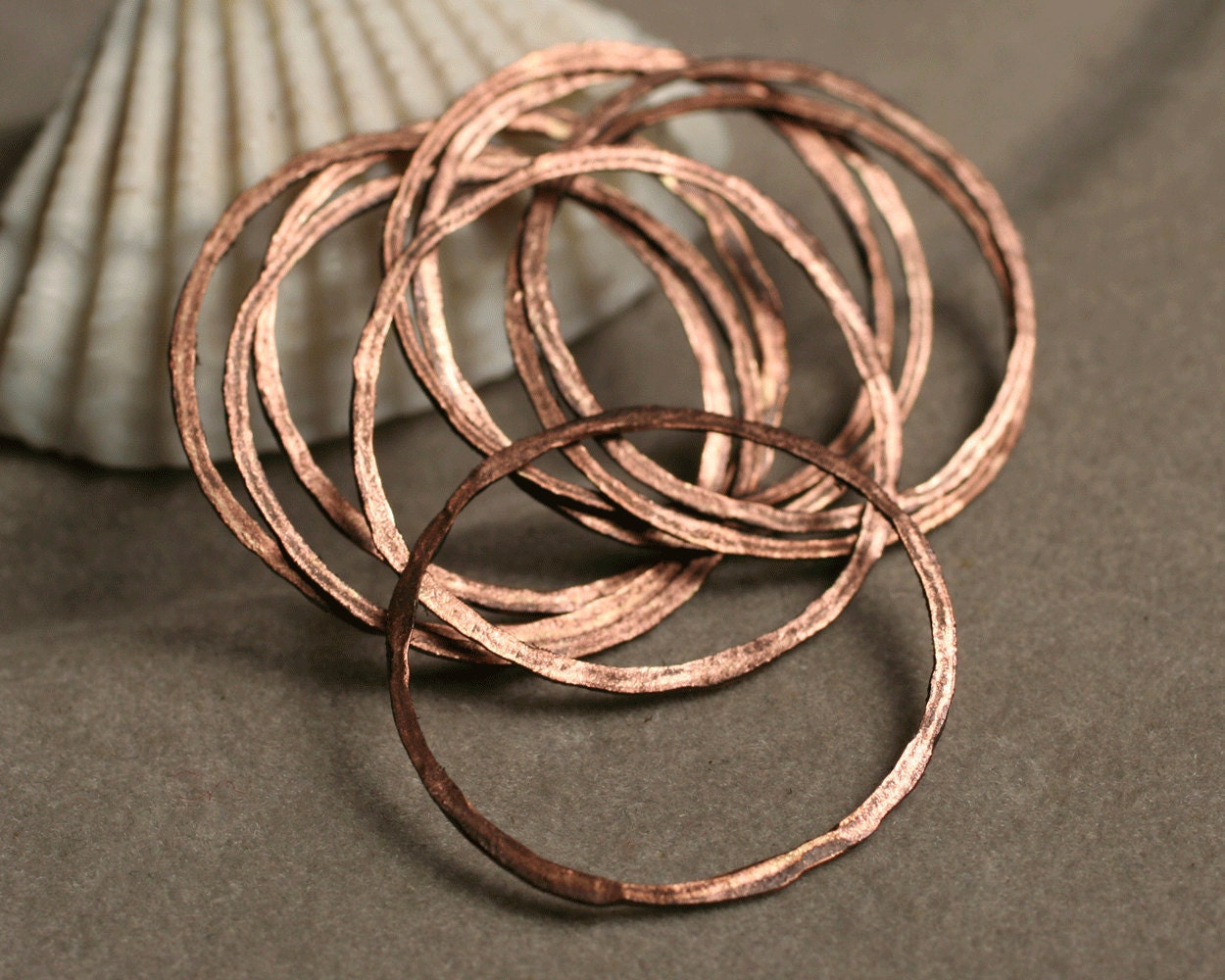 Hand hammered antique copper ring aprox 24mm in diameter, 8 pcs (item ID ACOR20K)