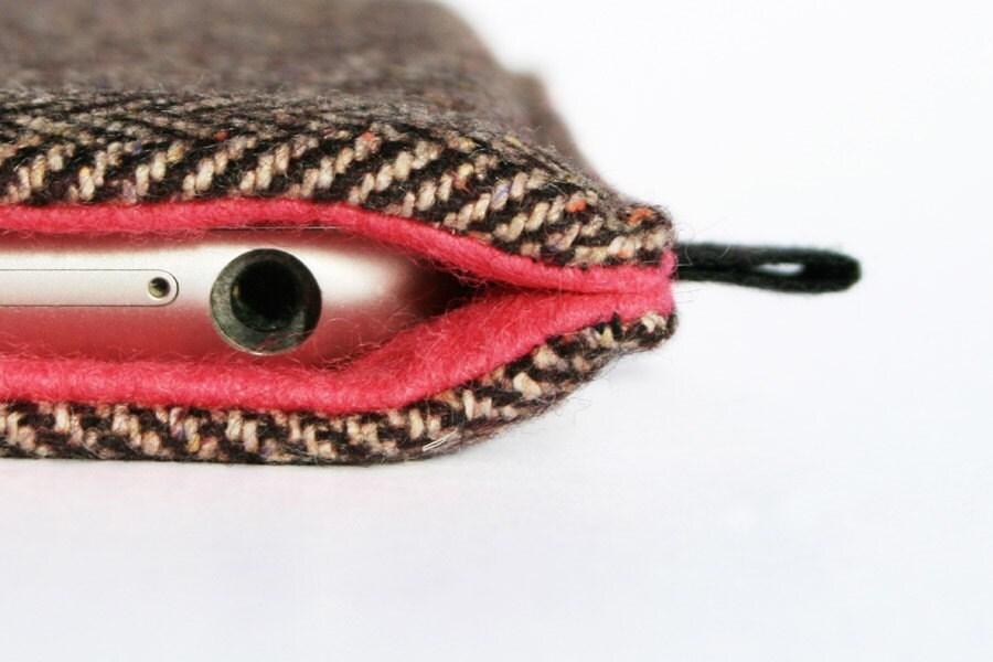 slim case in herringbone-patterned Tweed with bright pink felt lining