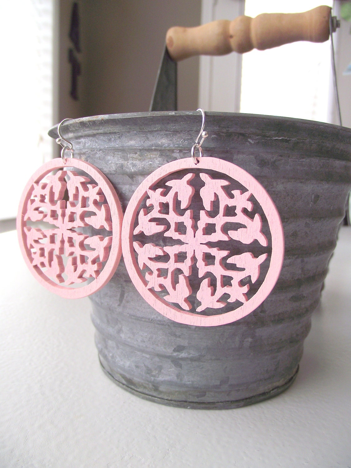 WOODEN FILIGREE - Earrings - Carnation Pink
