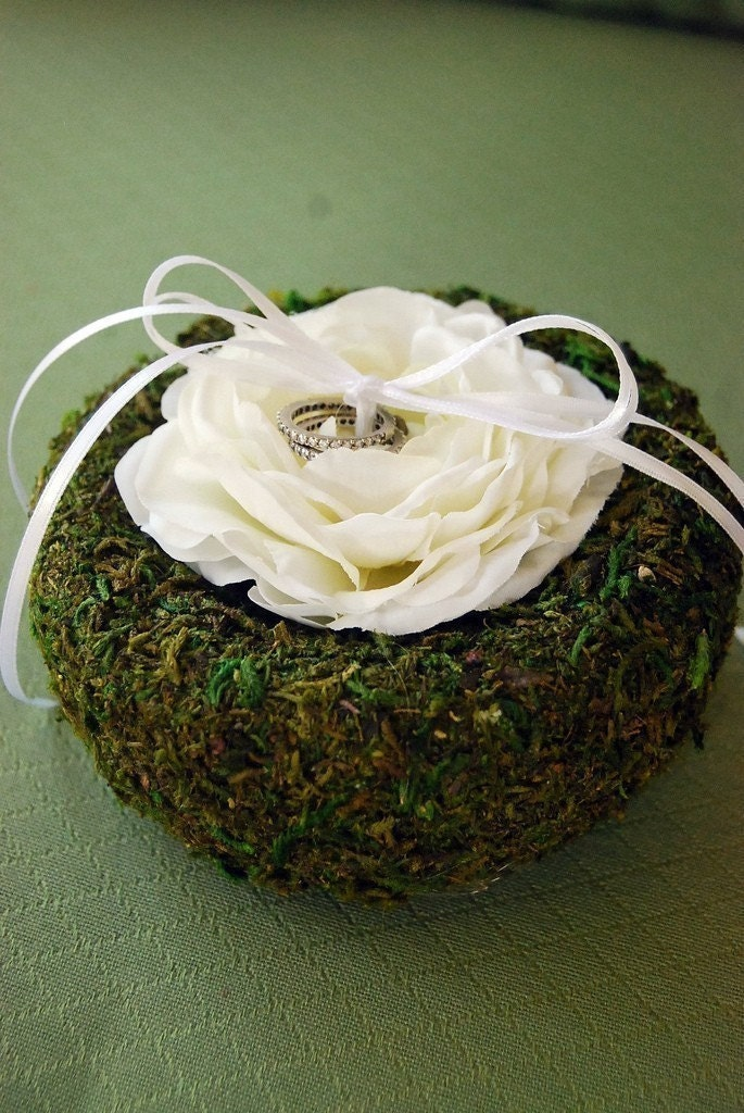 The LILLIAN (white) - Moss And Flower Ring Bearer Pillow
