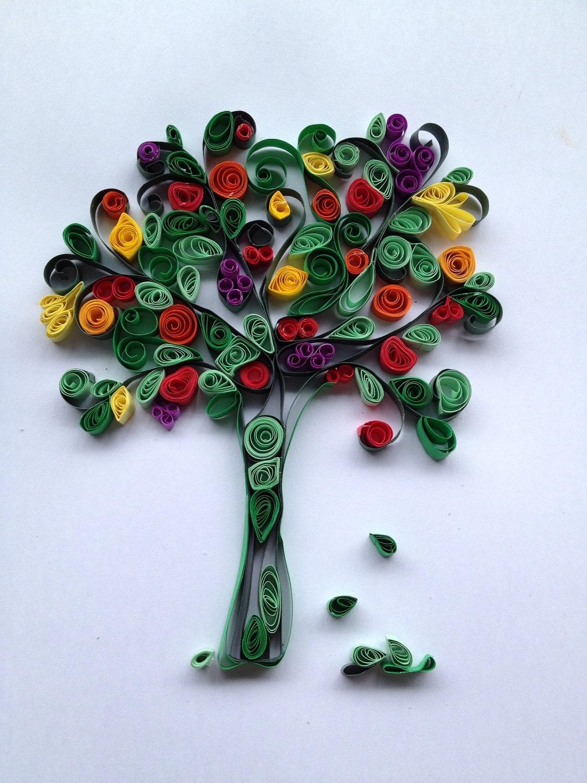 квиллинг-дерево с разноцветными листочками, с которого падают листья