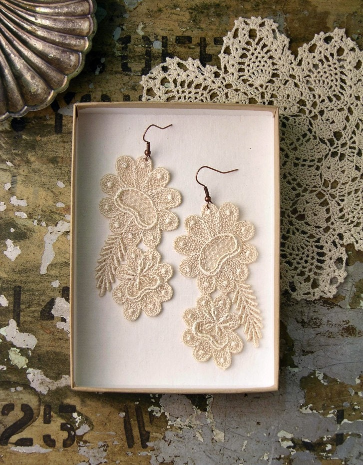 nives lace earrings