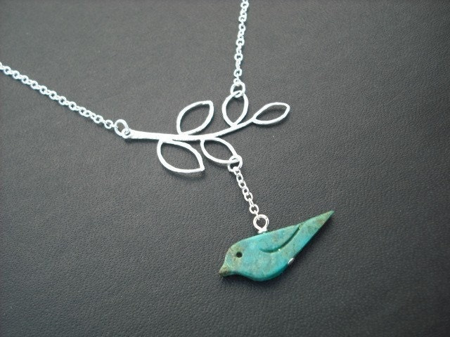 matte five leaf branch and blue bird necklace - white gold plated