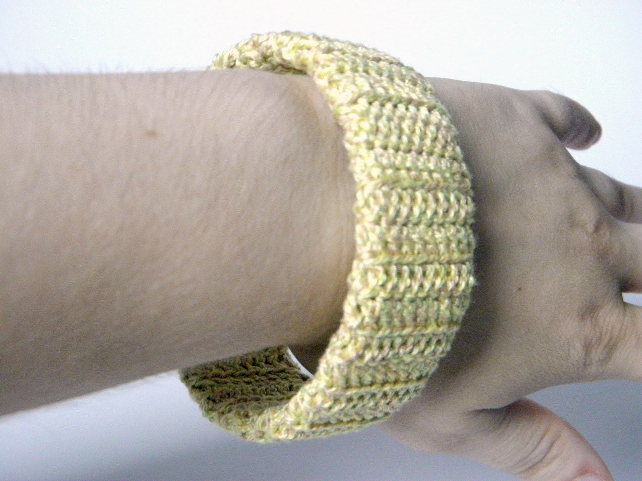 Bracelet crocheted circular on a support of plastic