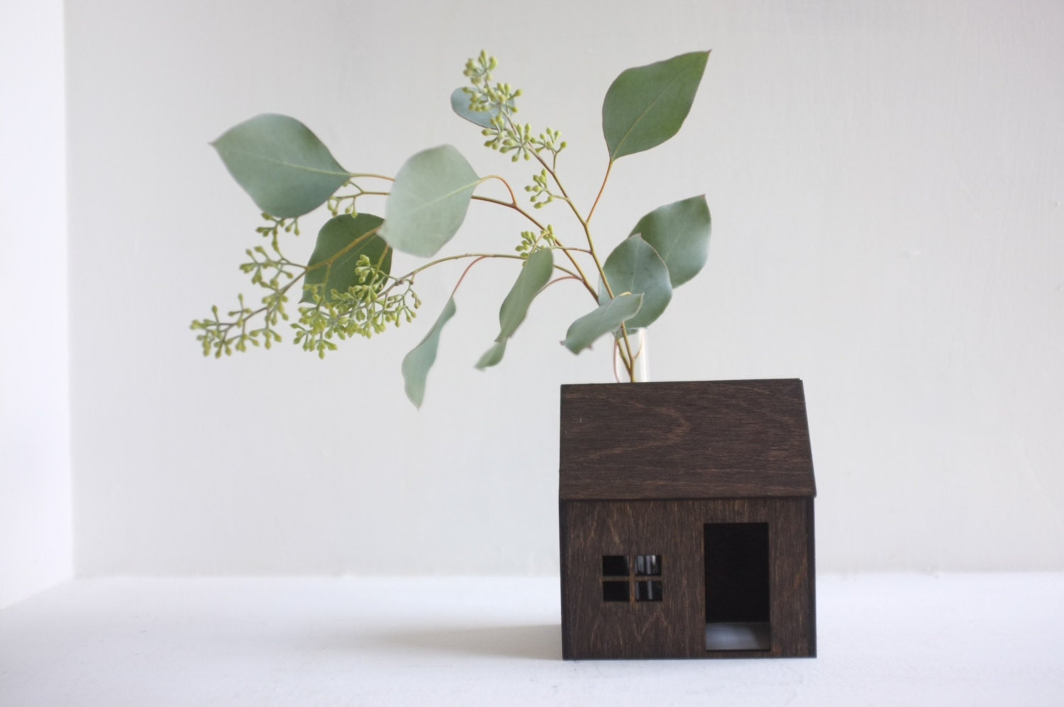 Little bud vase house - small wooden cabin in espresso with flower vase chimney - dark mini architecture - 2of2