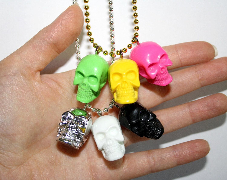 3 skull pendants necklace