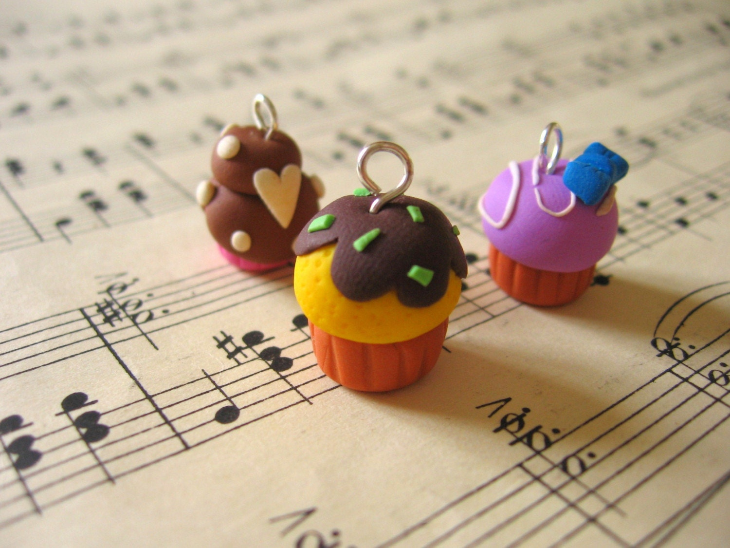 3 CUPCAKES charms