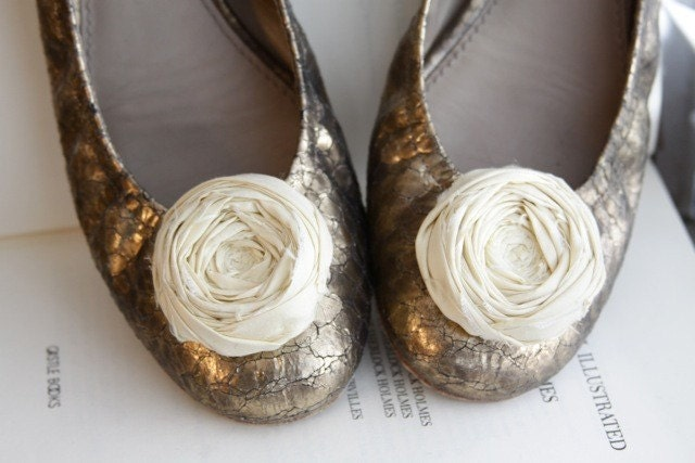 Chic Butter Cream Rosette Shoe Clips with Bluette Clips