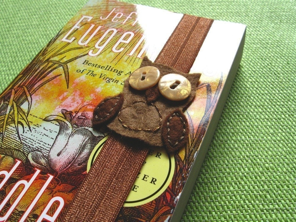 Owl Bookmark Brown with Golden Buttons can also hold your book together elastic
