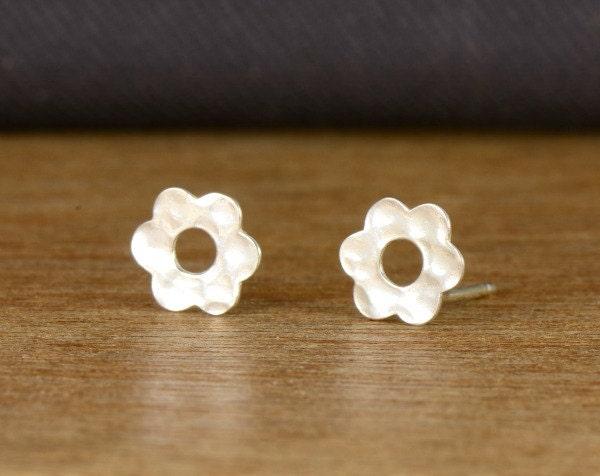 Valentine's Day SALE: Everyday stud earrings, sterling silver post earrings, flower earrings, silver erings, jewelry gift under 20 USD - tuliya
