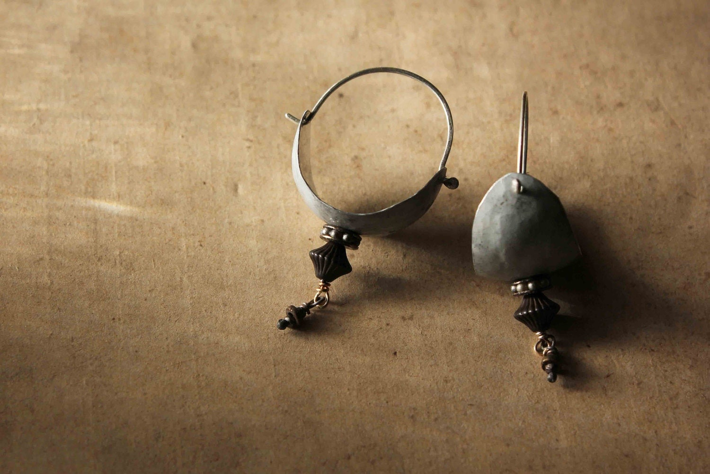 Tribales boucles d'oreille - anneaux, métal travaillé et perles anciennes