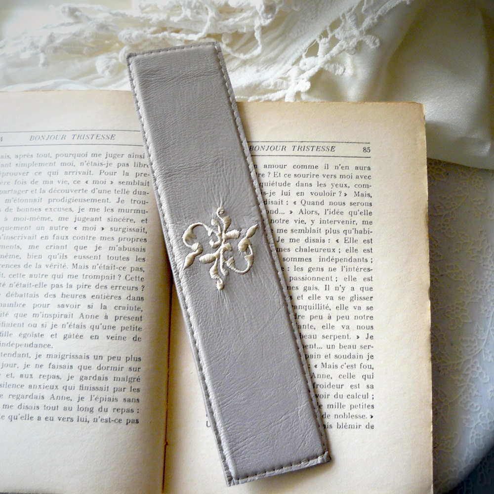 bookmark in grey leather with embroidery - uneLimousineDeLuxe