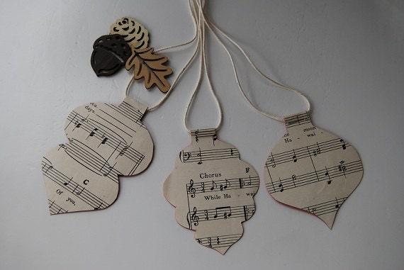 Рождественский подарок теги - ручной работы из старинных нот, отмечают праздники.