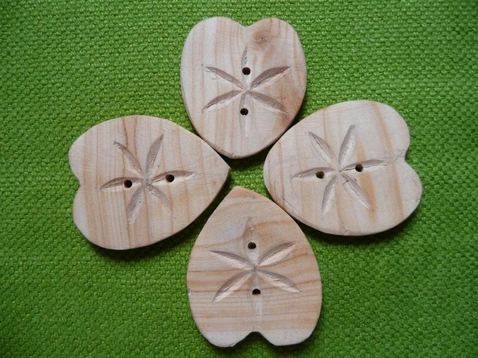 Wood Button Corazon Flor Cipres