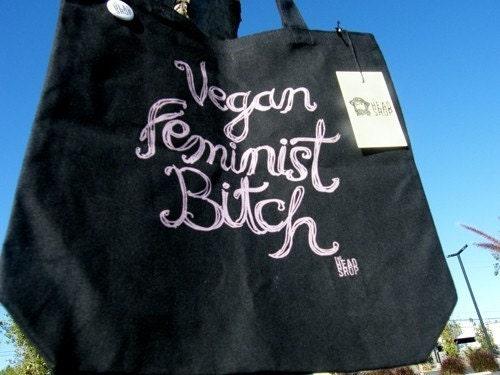 Schwarze Umhängetasche mit verschnörkelter rosa Schrift: Vegan Feminist Bitch