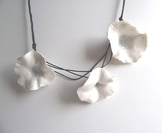 Three Fresh White Porcelain Flowers Necklace from Italy - lofficina