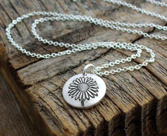 Tiny daisy necklace