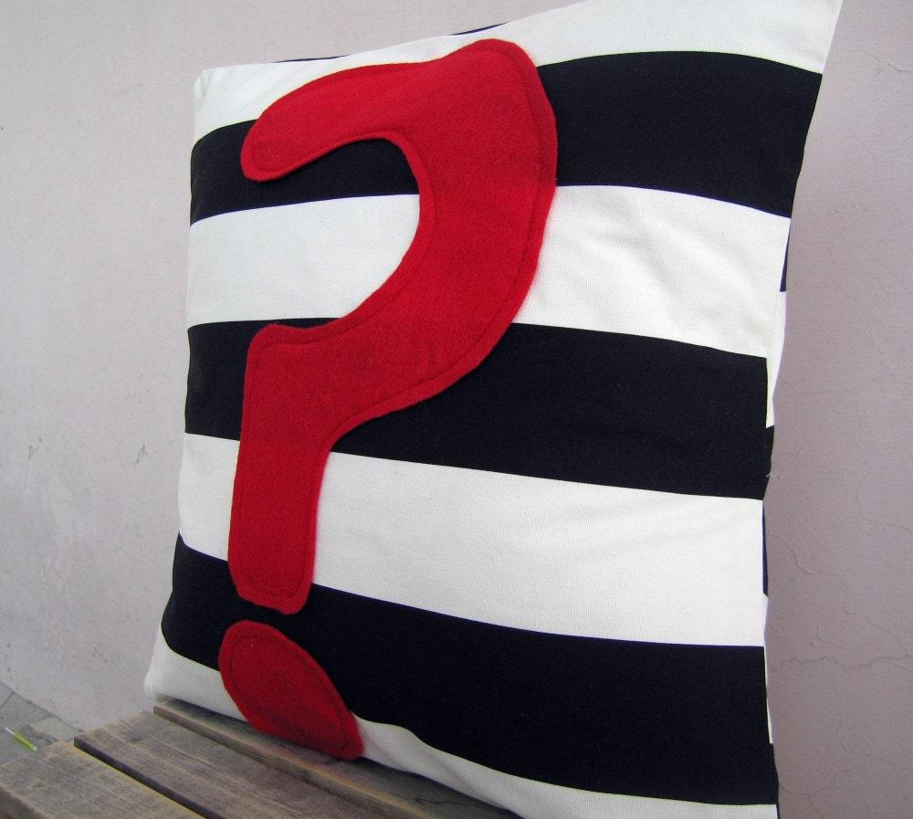 Подушка вопросительный знак: красный чувствовал аппликация на черно-белую полоску