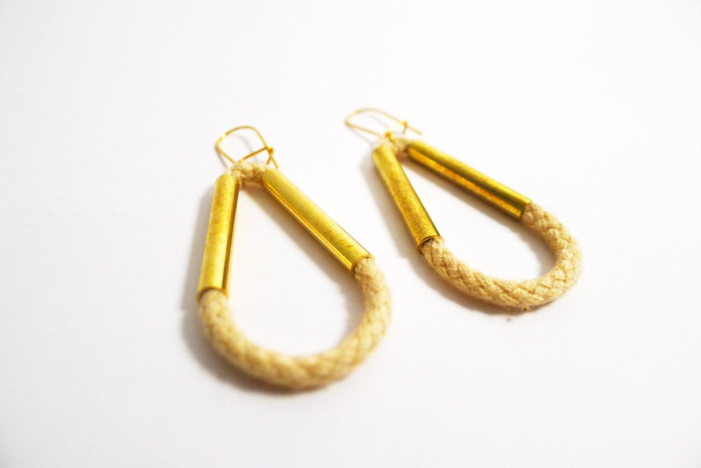 """Boucles d'oreilles pendantes """"gouttes"""" - beige - coton et laiton."""