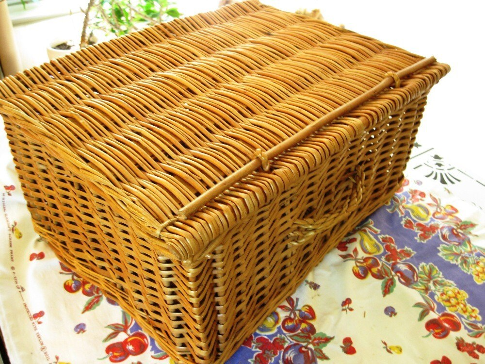 Large Vintage Wicker Picnic Hamper or Picnic Basket, Great for Summer Picnics, Cookouts