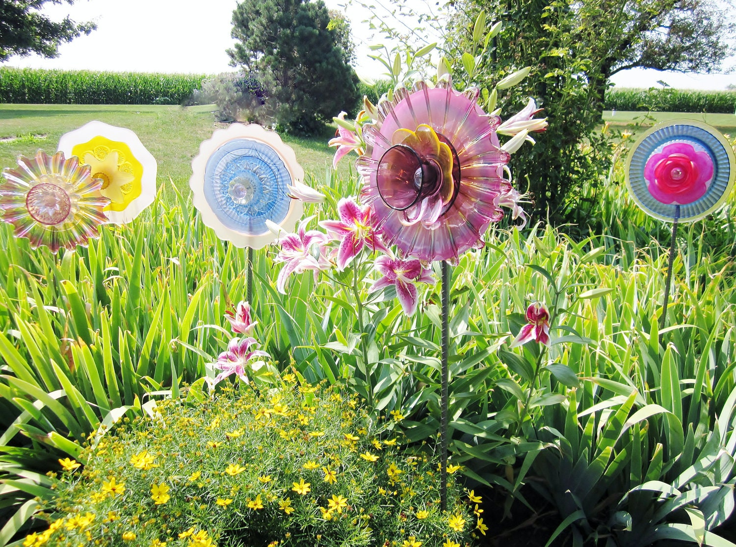 Shabby chic garden art plate glass flower yard by jarmfarm for Garden art from old dishes