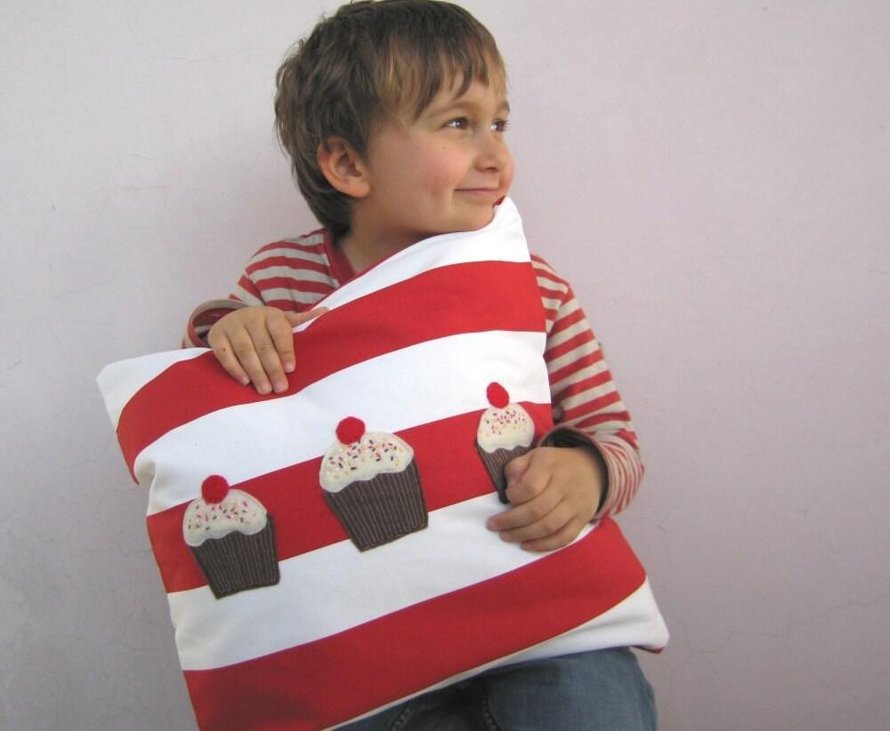 Детская подушка - Кексы на красных и белых полос - идеальное решение для детской или детская комната