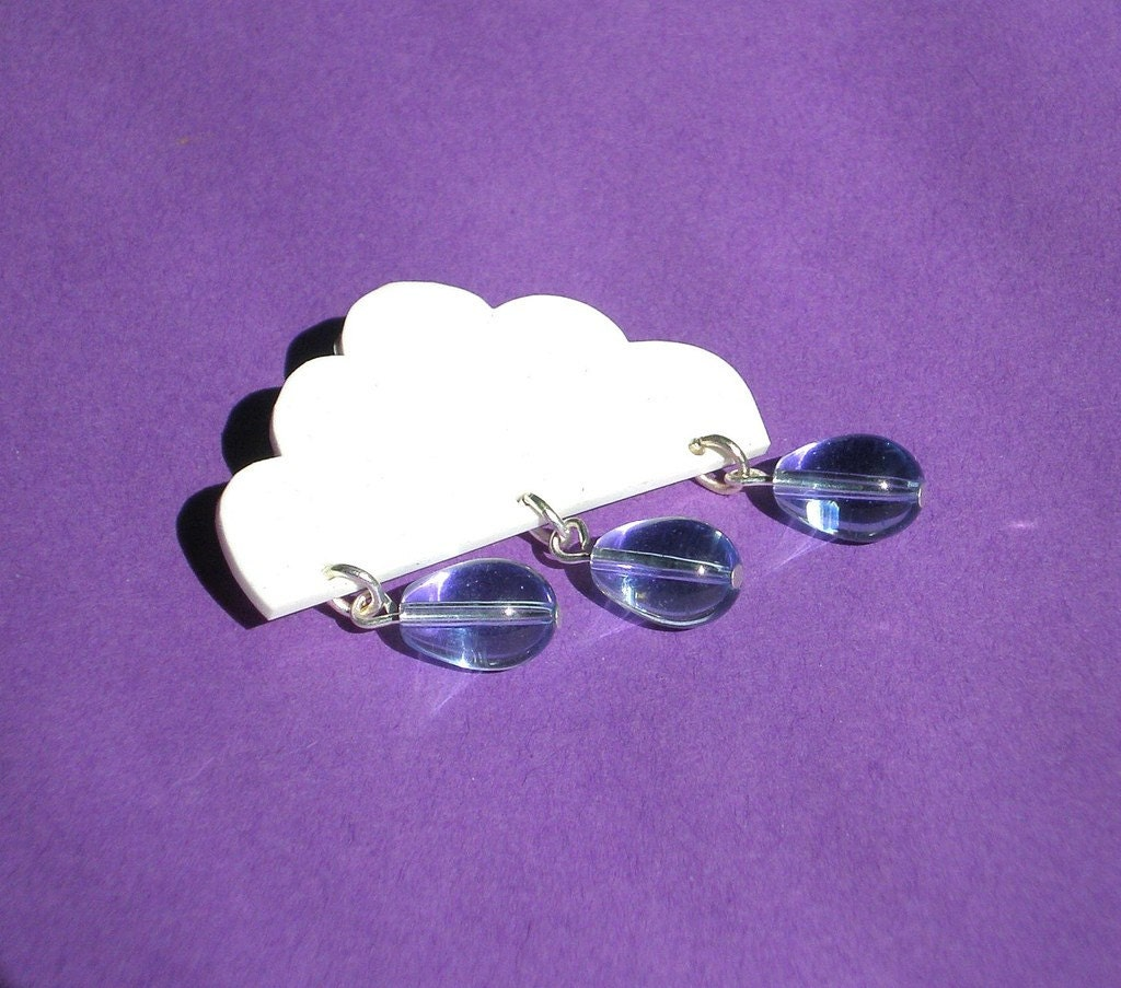 Cloudbrooch with raindrops