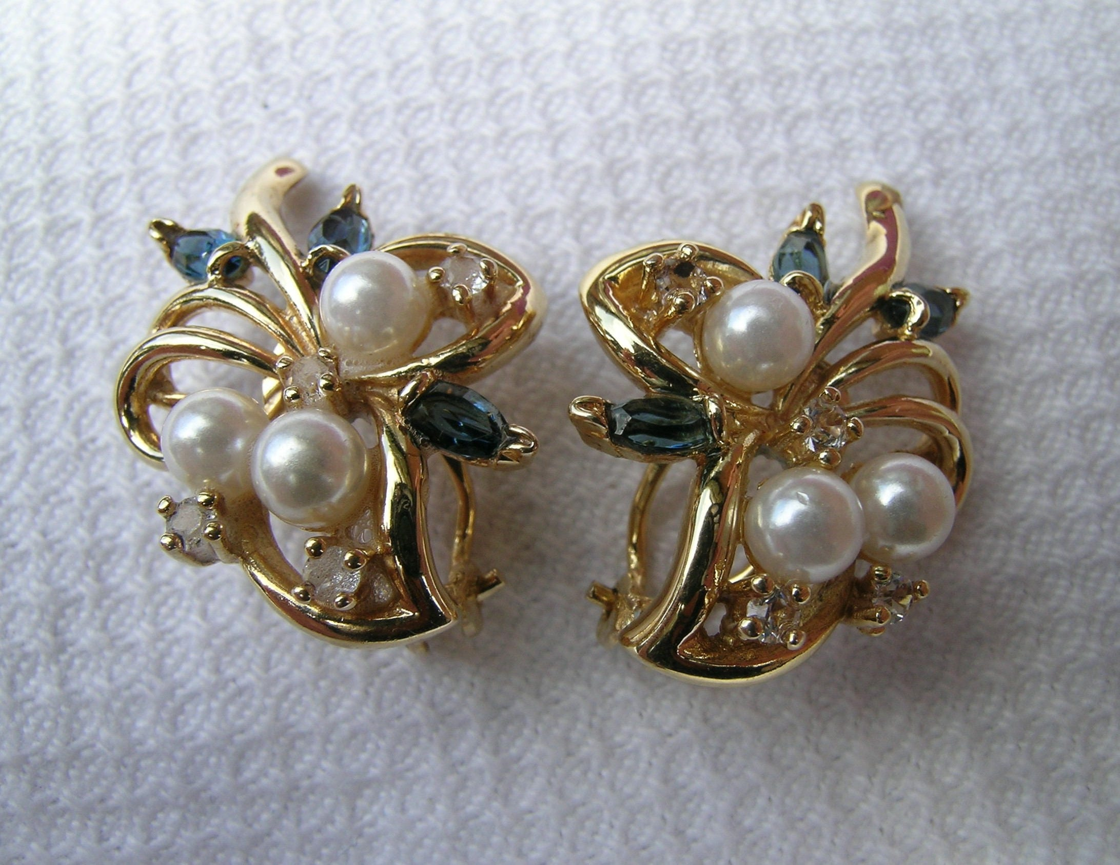Gorgeous quality vintage faux pearl blue and clear diamant spray gold tone metal clip on earrings