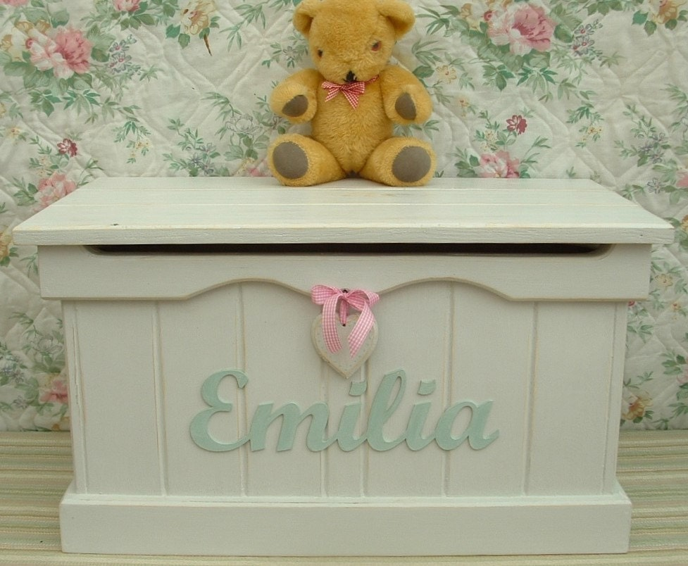 PERSONALIZED Medium Pine Blanket Box  Toy Box  Heart. Perfect Birthday Wedding or Christening Present. Made to Order.