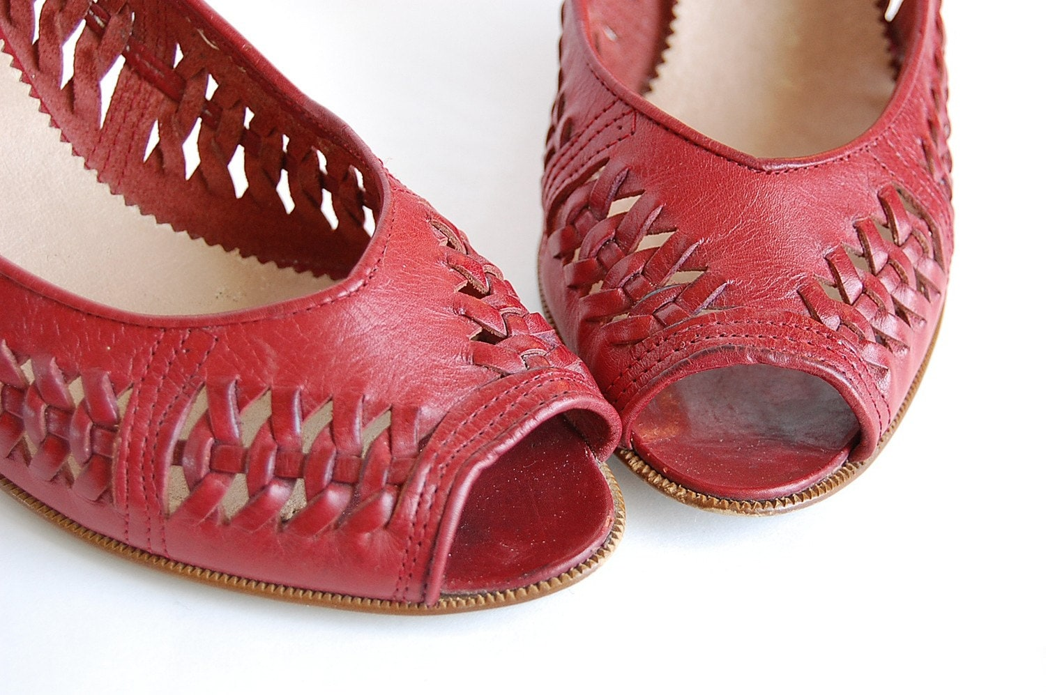 vintage Bandolino Red Leather Heels . Woven . Peep Toe . made in Italy . 7 M