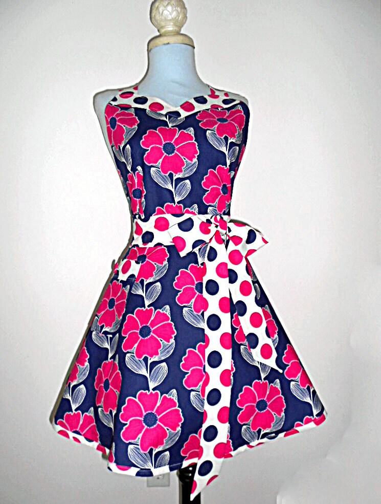 Marinha e polka dot-de-rosa das mulheres florais cheios retro artesanal querida que cozinha o avental de um tamanho mais