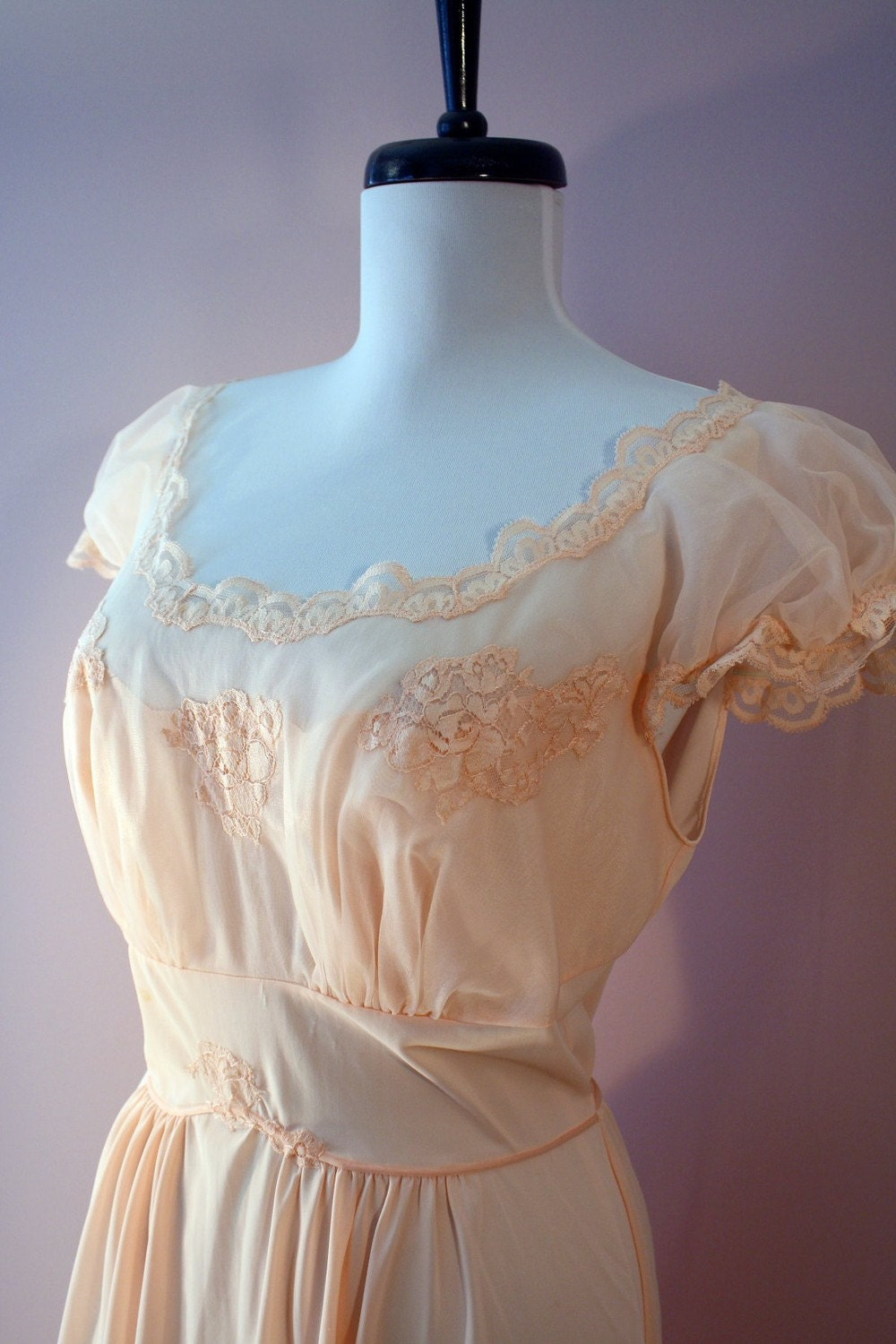 70s / 30s Frilly Peach Nightgown w Puff Sleeves and Lace Applique 36 M