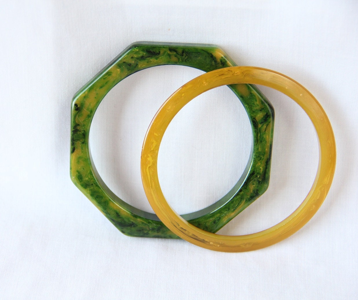 Bakelite Bracelet / Bangle / Green / Apple Juice / Geometric / Octagon / Circle / 40s - PetticoatsPlus