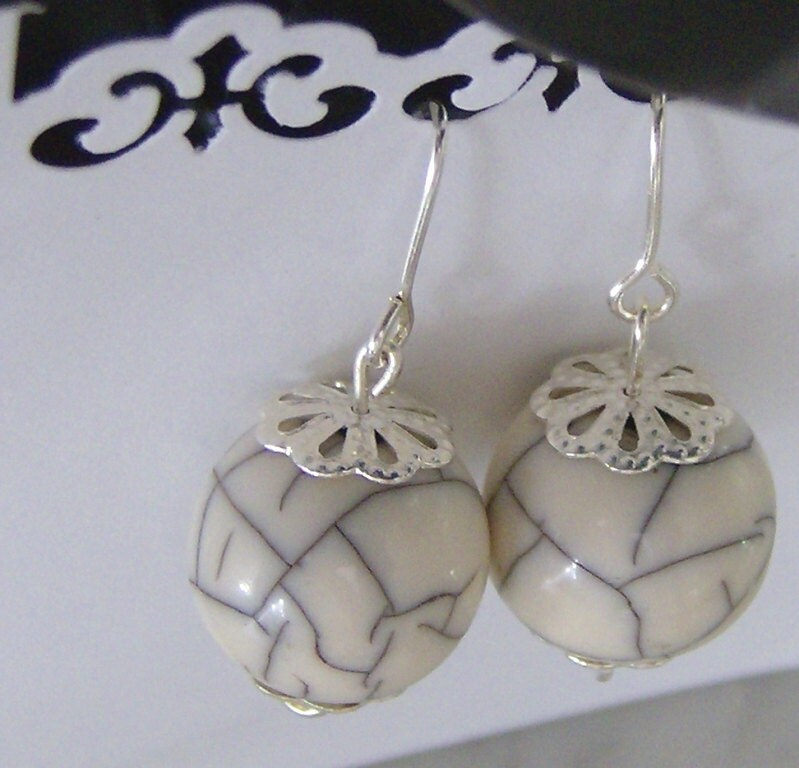 Grey crackle patterned earring