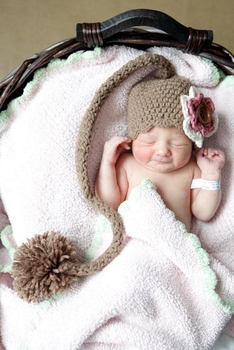 Mocha вязания крючком Pixie Hat Эльф с Хвост, Pom Pom и Съемный Клип Цветок - нестандартный размер и цвет