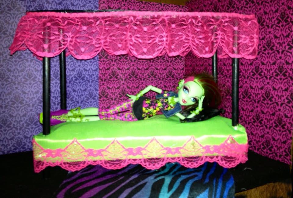 Как сделать кровать куклам монстрами