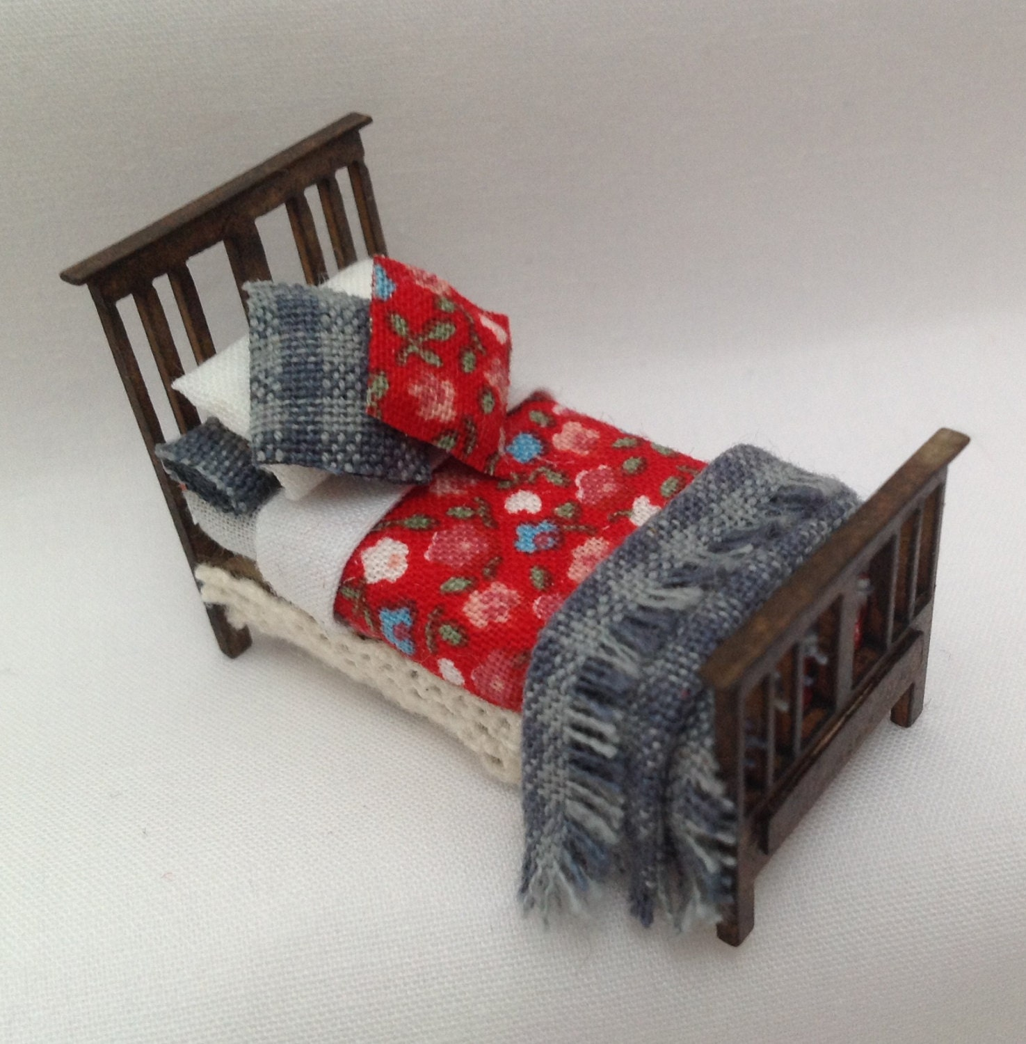 Dolls House Miniatures  Hand Painted Pretty Red and Blue Single Bed 148th  148  Quarter Scale )