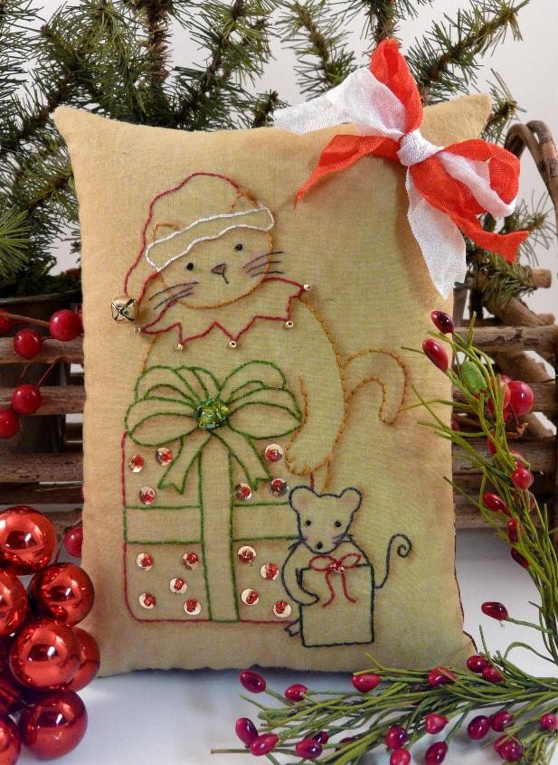 Christmas Santa Claws Cat Mouse Stitchery E Pattern - primitive Pdf pillow  pinkeep tag pin cushion tuck embroidery